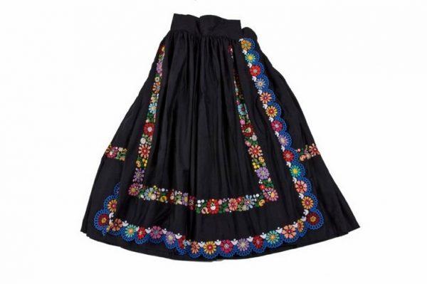Čierna sukňa, zásterka - bohato vyšívaná