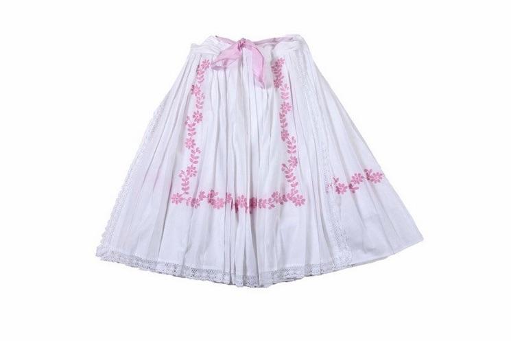 e06ead736fcc 15 Biela sukňa a zástera s ručne vyšívanou ružovou výšivkou ...
