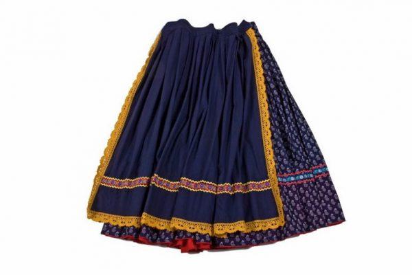 Modrotlačová sukňa, modrá zásterka s krojovou stuhou