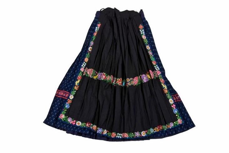 Modrotlačová sukňa - vyšívaná zásterka čierna