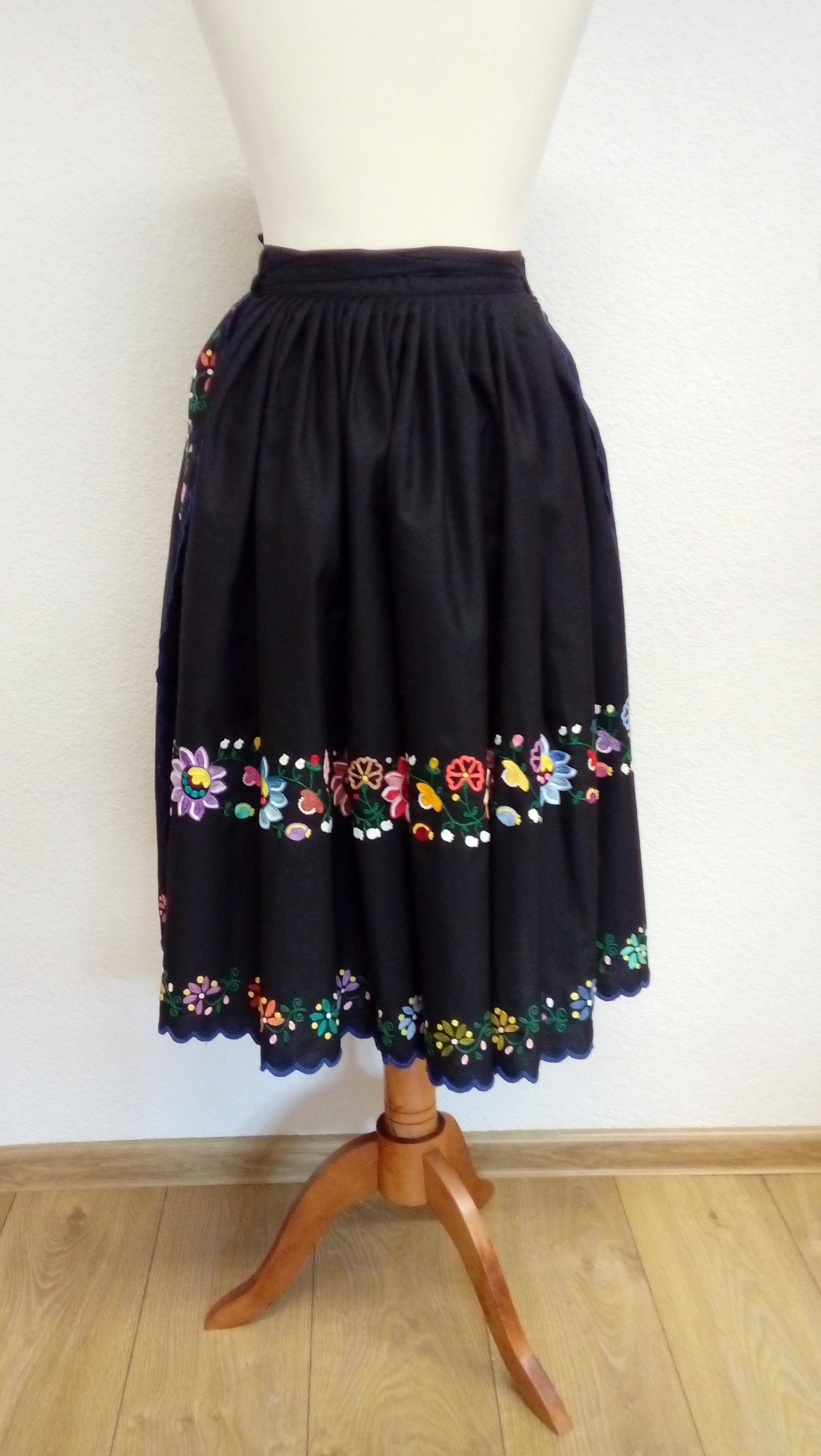 01f696566129 22 Ručne vyšívaná sukňa so zásterkou – Detvianske ľudové umenie ...