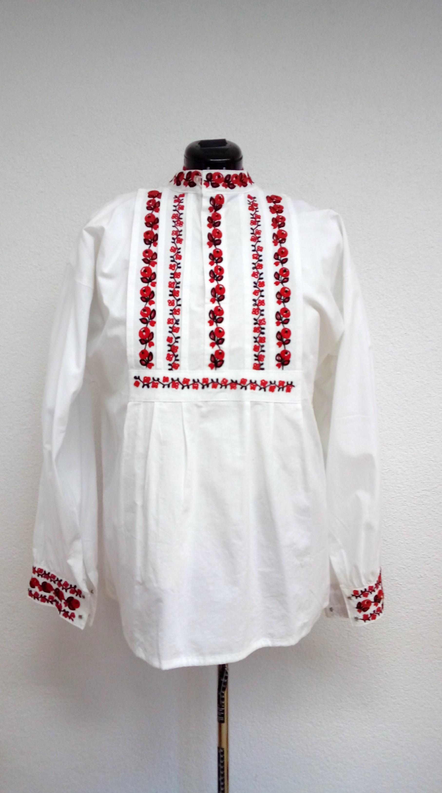 590a1943e64b Mužská ručne vyšívaná košeľa dlhá – červeno-čierny jemný vzor ...