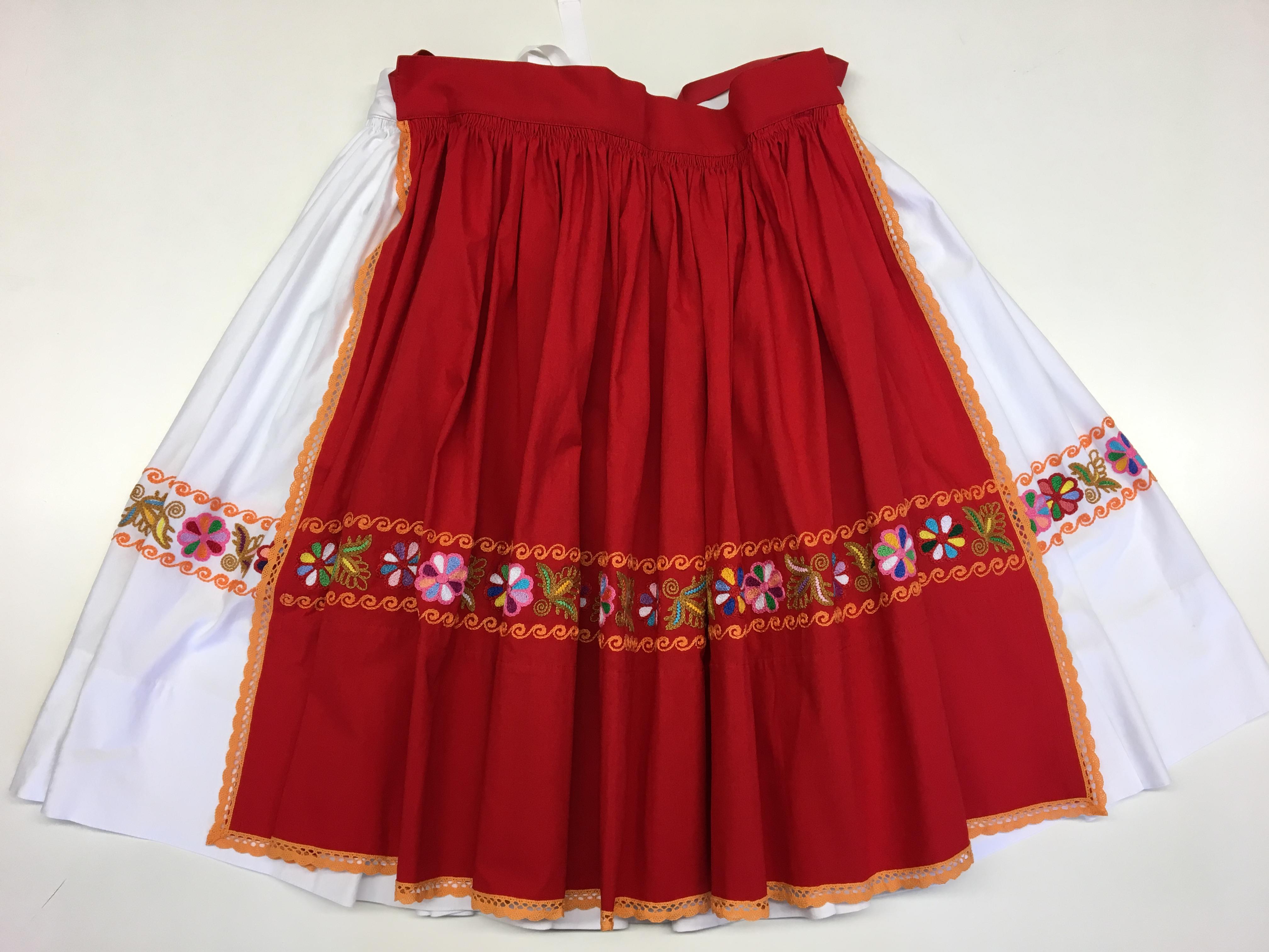b85e96973bfc 06 Ručne vyšívaná biela sukňa s červenou ručne vyšívanou zásterkou ...